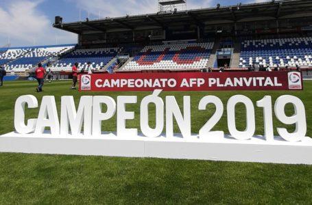 La Universidad Católica recibió la copa como campeón de 2019