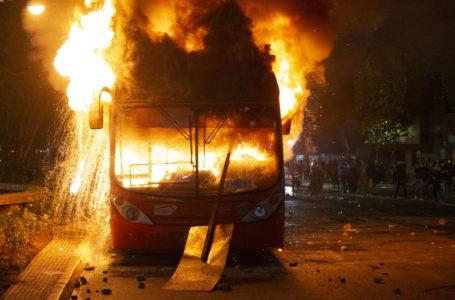 Un manifestante muerto, saqueos, buses quemados y cuarteles atacados: violenta noche en la capital