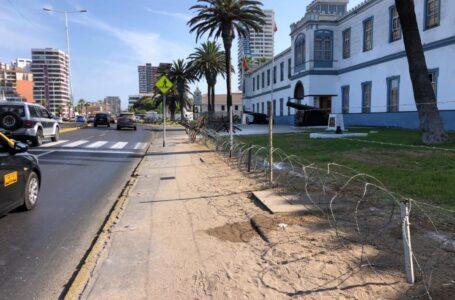 La instalación de alambres y barreras en Regimiento de Granaderos en Cavancha genera polémica