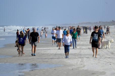 Estados Unidos: Multitudes van a la playa después de su reapertura