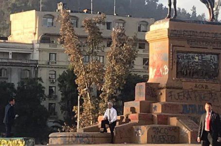 Lluvia de críticas para Piñera luego de su foto en Plaza Baquedano
