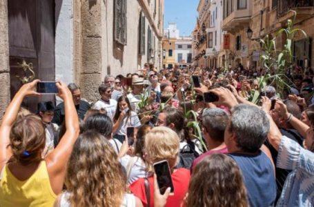 Preocupación en España: cientos de personas se juntan en Menorca para celebrar Saint Joan